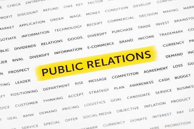 """Słowa """"public relations"""" są wyróżnione markerem na papierze. koncepcja biznesowa, strategia, planowanie, sukces"""