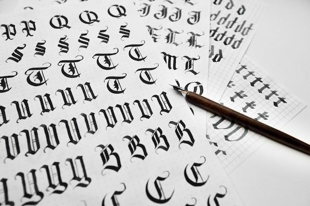 Słowa rysunków kaligraficznych i pióra do kaligrafii