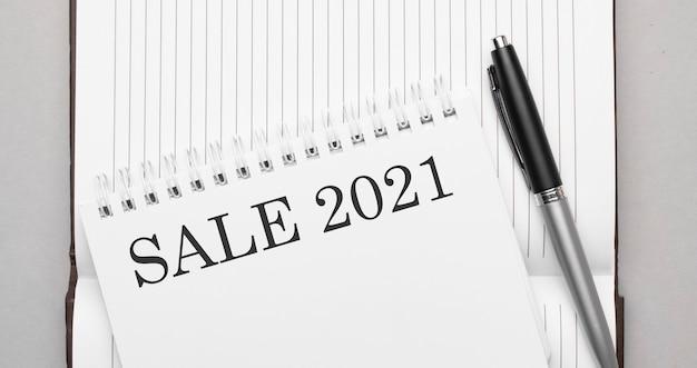 Słowa sprzedaż 2021 tekst na notatniku i długopisie