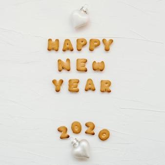 Słowa szczęśliwego nowego roku 2020 zostały napisane z listów plików cookie.