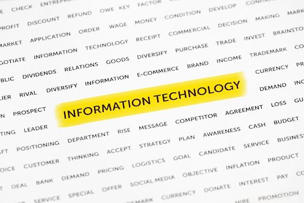 """Słowa """"technologia informacyjna"""" są wyróżnione markerem na papierze"""