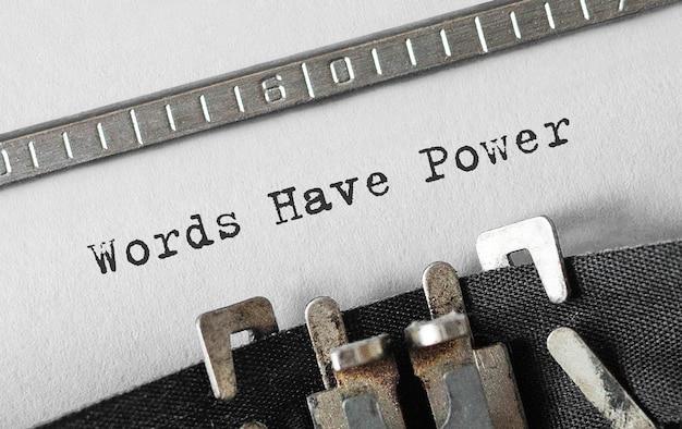 Słowa tekstowe mają moc wpisywane na maszynie do pisania retro