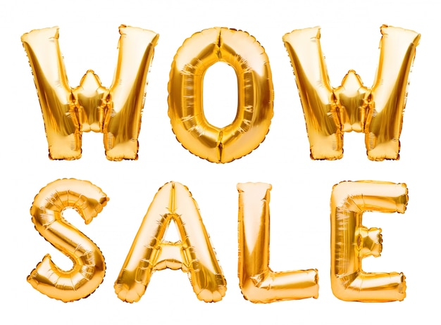 Słowa wow sprzedaż wykonane ze złotych nadmuchiwanych balonów na białym tle. balony helowe złota folia tworząca frazę super sprzedaż.