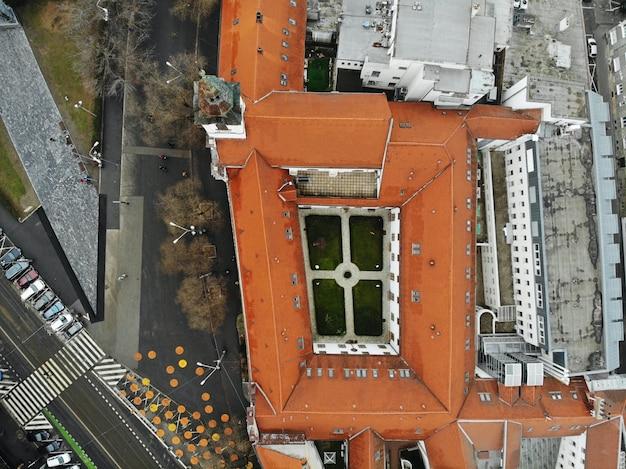 Słowacja, bratysława. historyczne centrum starego miasta. widok z lotu ptaka z góry, stworzony przez drona. krajobraz miasta w mglisty dzień, fotografia podróżnicza.