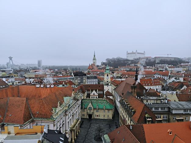 Słowacja, bratysława. historyczne centrum. widok z lotu ptaka z góry, stworzony przez drona. krajobraz miasta w mglisty dzień, fotografia podróżnicza. zamek starego miasta