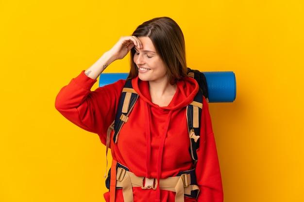 Słowacki góral kobieta z dużym plecakiem na białym tle
