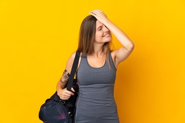 Słowacki sport kobieta z torbą sportową na białym tle
