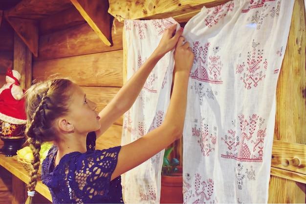 Słowiańska dziewczyna w rosyjskiej chacie