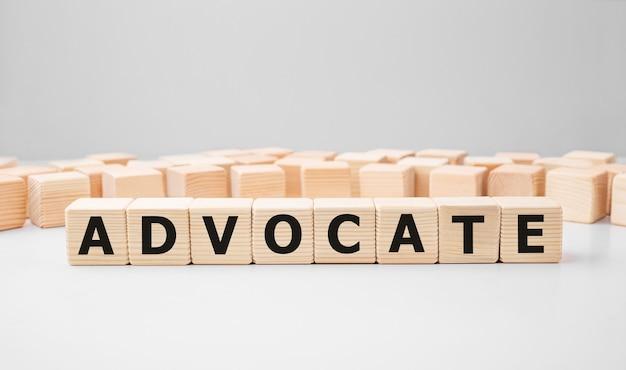 Słowo advocate wykonane z drewnianych klocków