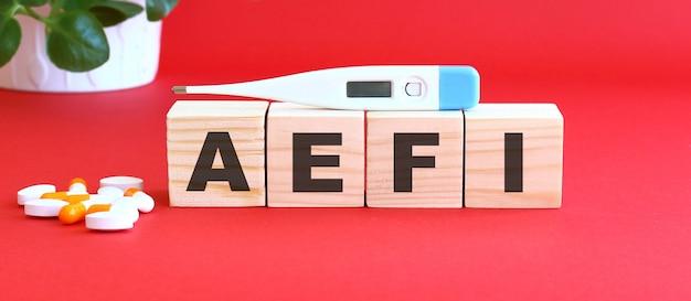 Słowo aefi jest wykonane z drewnianych kostek na czerwono