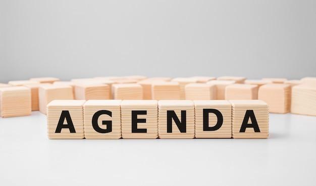 Słowo agenda wykonane z drewnianych klocków