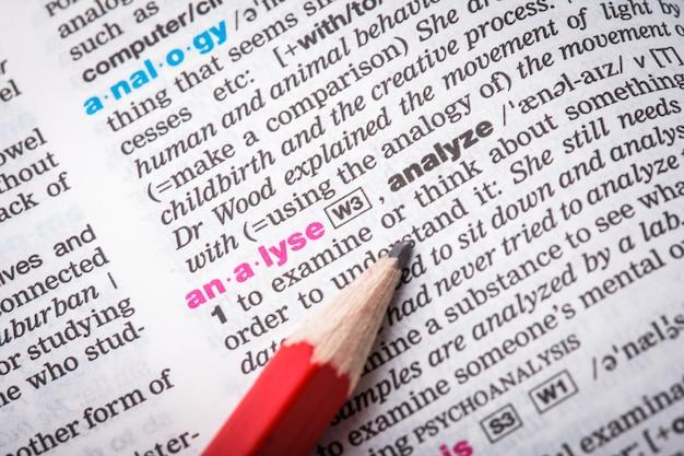 """Słowo """"analizuj"""" zbliżenie na stronie słownika"""