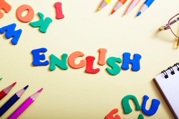 Słowo angielskie wykonane z kolorowych liter. nauka nowej koncepcji językowej