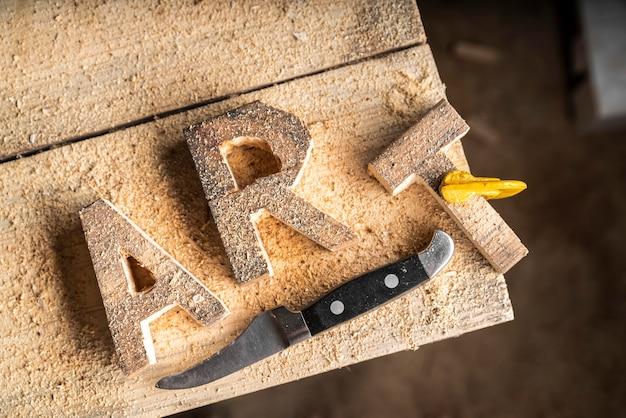 Słowo artystyczne wykonane z drewna