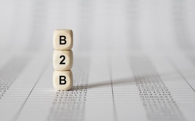 Słowo b2b wykonane z drewna bloków konstrukcyjnych, pień obrazu