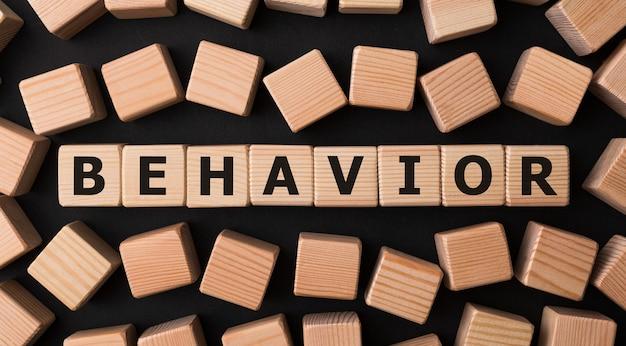 Słowo behavior wykonane z drewnianych klocków