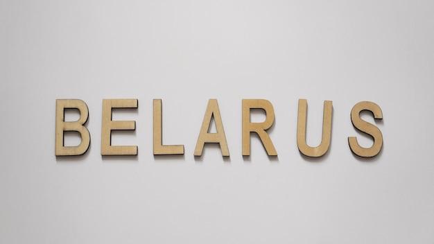 Słowo białoruś jest zapisane na białej powierzchni