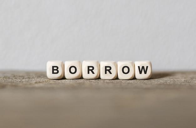 Słowo borrow wykonane z drewnianych klocków