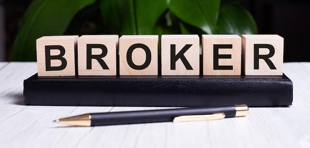 Słowo broker jest zapisane na drewnianych kostkach pamiętnika w pobliżu rączki