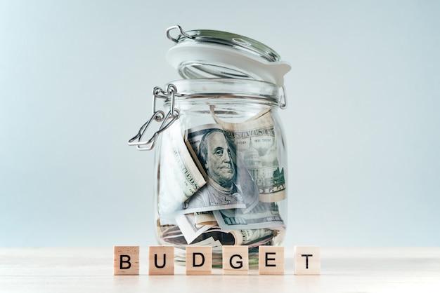 Słowo budżet i dolary w szklanym słoju