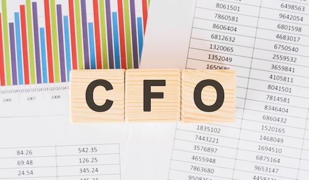 Słowo cfo napisane na bloku drewna. tekst faq na stole, koncepcja.
