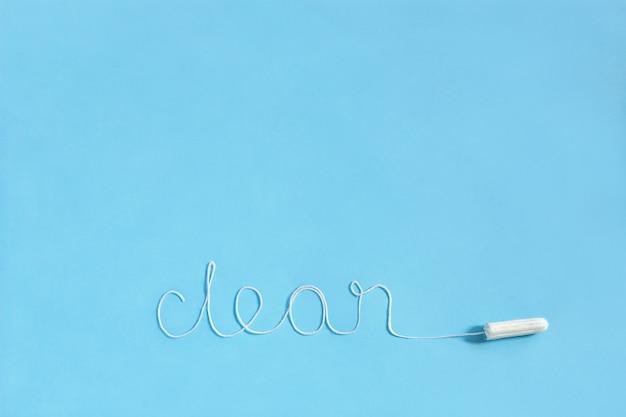 Słowo clean z higienicznego tamponu z białą nicią