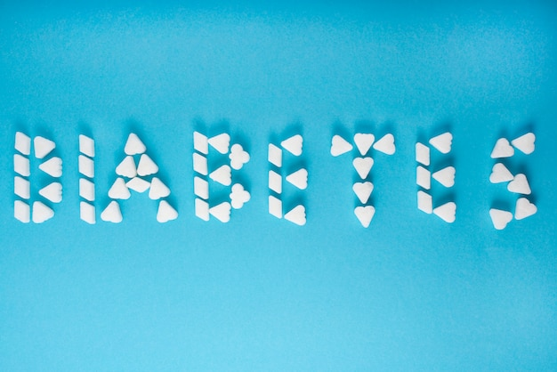 Słowo cukrzyca jest zapisane w kostkach cukru.