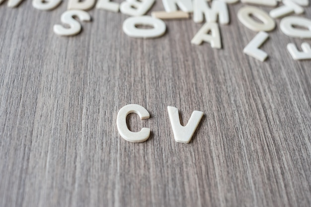 Słowo cv drewniane litery alfabetu. koncepcja biznesu, pracy i pomysłu