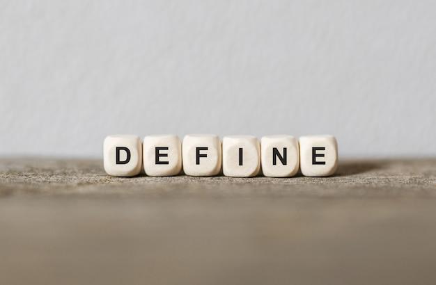 Słowo define wykonane z drewnianych klocków