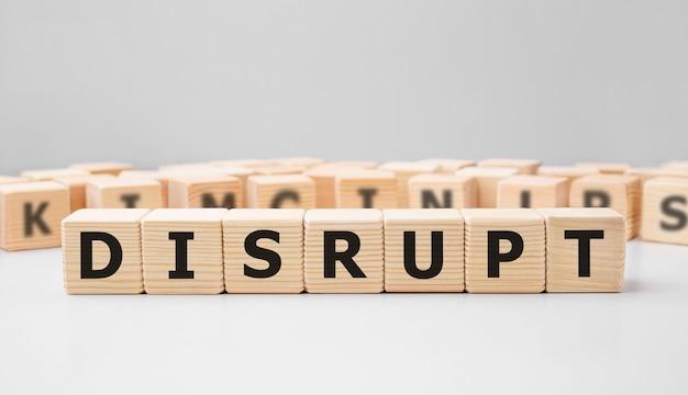 Słowo disrupt wykonane z drewnianych klocków