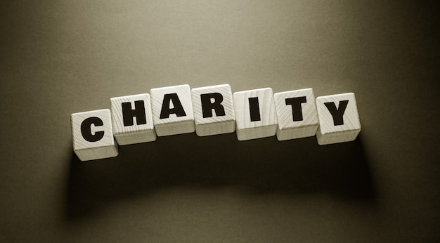 Słowo dobroczynne napisane na drewnianych kostkach