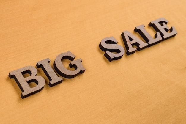Słowo duża sprzedaż abstrakcyjne drewniane litery