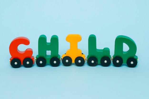 Słowo dziecko wykonane z liter alfabetu pociągu.