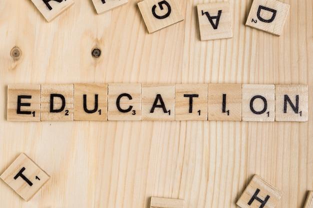 Słowo edukacji na drewnianych płytkach