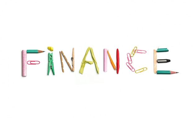 Słowo finanse utworzone z materiałów biurowych.