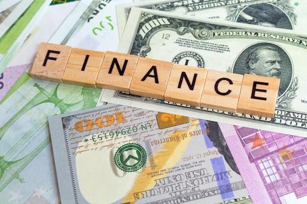 Słowo finansów na banknotach pieniądze