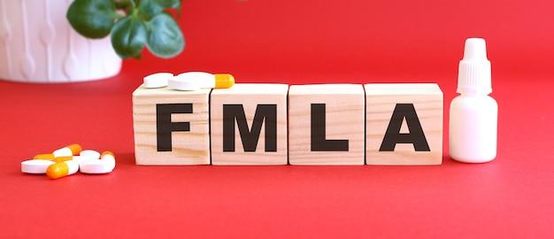 Słowo fmla jest wykonane z drewnianych kostek