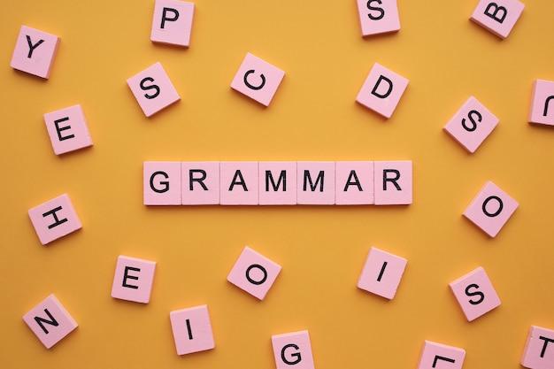 Słowo gramatyczne na żółtym tle.