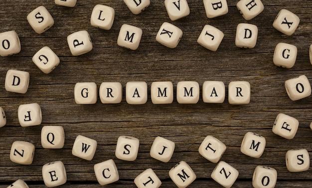 Słowo gramatyka napisane na drewnianym bloku