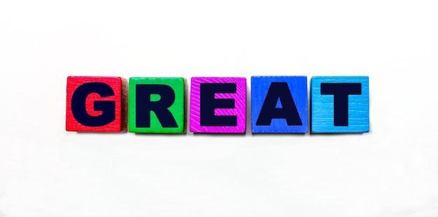 Słowo great napisane jest na kolorowych kostkach na jasnym tle