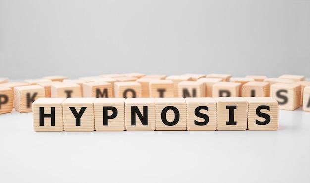 Słowo hipnosis wykonane z drewnianych klocków