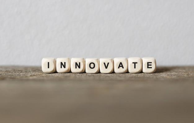 Słowo innowacja wykonane z drewnianych klocków