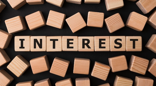 Słowo interest wykonane z drewnianych klocków