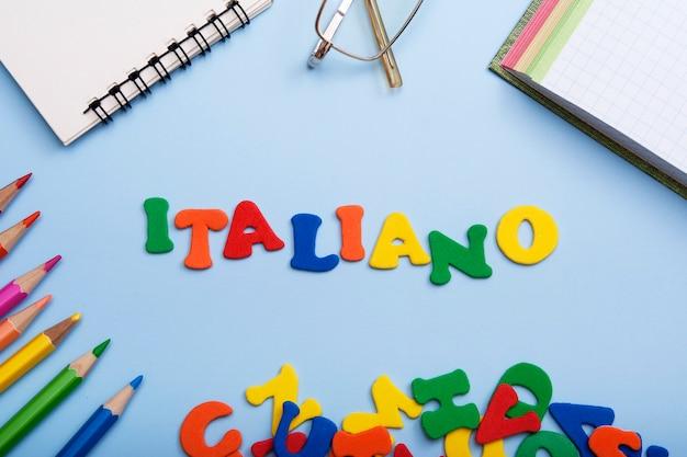 Słowo italiano wykonane z kolorowych liter. nauka nowej koncepcji językowej
