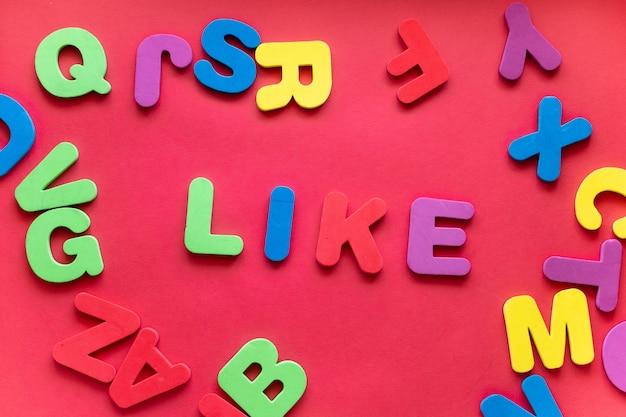 Słowo jak z plastikowych liter magnetycznych na czerwonym tle