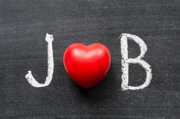 Słowo job odręcznie napisane na tablicy z symbolem serca zamiast o
