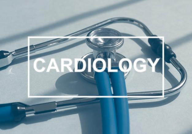 Słowo kardiologia na koncepcji chorób serca stetoskop