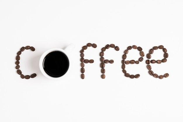 """Słowo """"kawa"""" zapisane z palonych ziaren kawy"""
