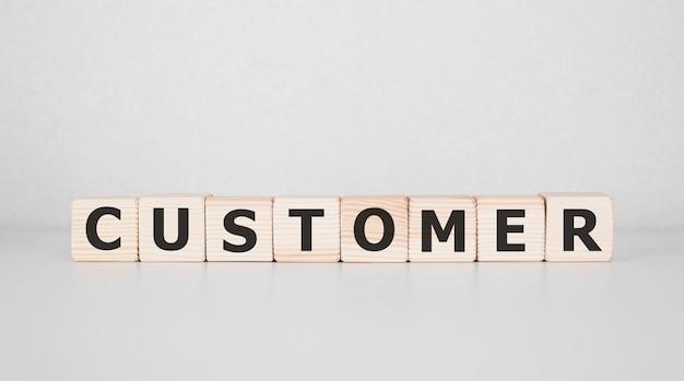 Słowo klient napisane na drewnianym bloku. pomysł na biznes