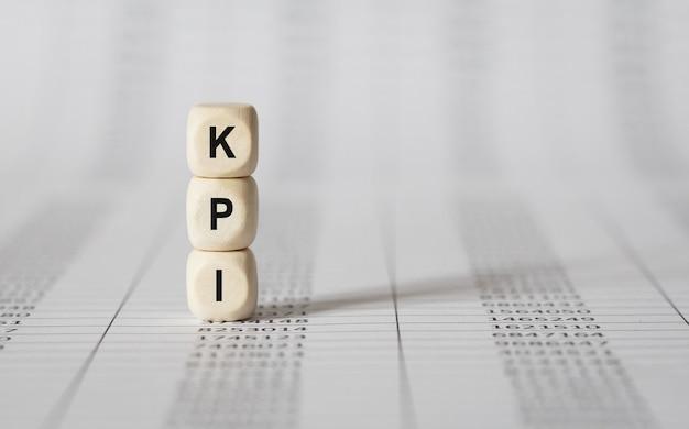 Słowo kluczowe kpi wykonane z bloków drewnianych, obraz zapasów